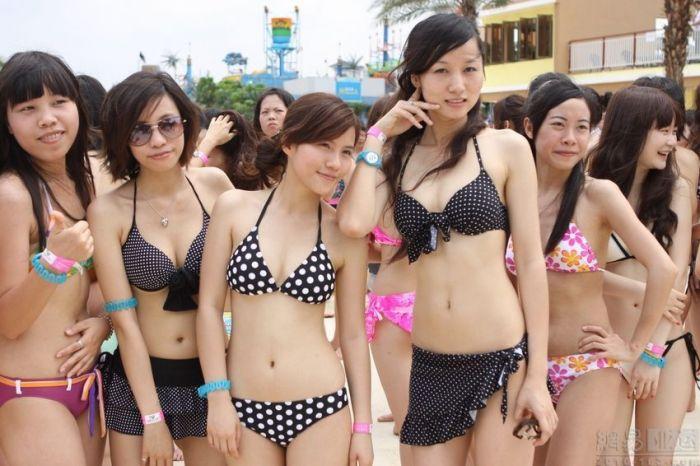 美女比基尼图片 韩国海滩比基尼美女:湿身不惧走光
